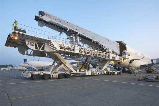 波音787梦想飞机机翼运抵埃弗雷特 每个长98英尺.-翼盒设计存在缺图片