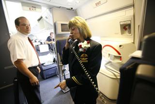 图片70岁空姐在天空为美国大陆航空公司飞了50年