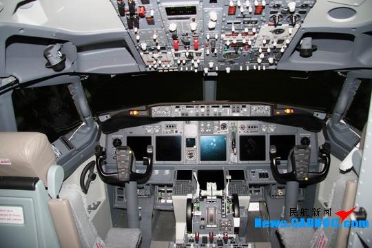 民航资源网2008年12月24日消息:波音公司(Boeing Co.)已被最富效率的航空公司美国西南航空公司(Southwest Airlines,简称西南航空)选为该公司波音737-300向波音737-700驾驶舱升级的主要集成商。波音将承担包括设计、安装、整合来自多个供应商的新软件和硬件,为波音737-300增加先进的基于性能的导航功能,并进行飞行测试和认证。   作为一个大规模集成项目,波音737-300飞机将采用由通用电气航空、霍尼韦尔和罗克韦尔柯林斯等公司提供的航电设备进行改装。经过改