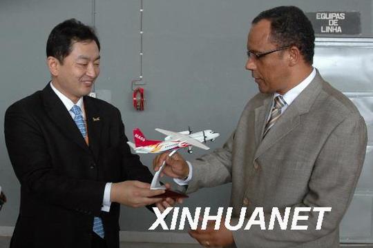 图:2008年1月24日,中国自主开发研制的新舟60(MA60)客机在安哥拉首都罗安达国际机场首次亮相,并进行了体验飞行。新舟60客机是中国拥有自主知识产权的高科技产品,能承载52名至60名旅客,航程达1600公里。自2005年投放国际市场以来,该型客机以优良的性价比受到了国外客户的青睐。摄影:新华社记者戴阿弟   安哥拉罗安达2008年1月25日电:安哥拉航空公司(以下简称TAAG)的一位主管在此间称,他对中国制造的新舟60(以下简称MA60)飞机的技术质量和舒适度感到满意。该飞机周四(24日
