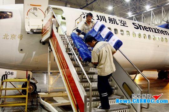 拆下的座椅搬下飞机-深航连夜改装波音737 保障灾区伤员外运治疗