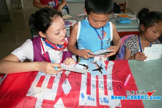 们佩带印有五星红旗图案的胸牌,为他们作抗灾激励演讲,与他们一起画画