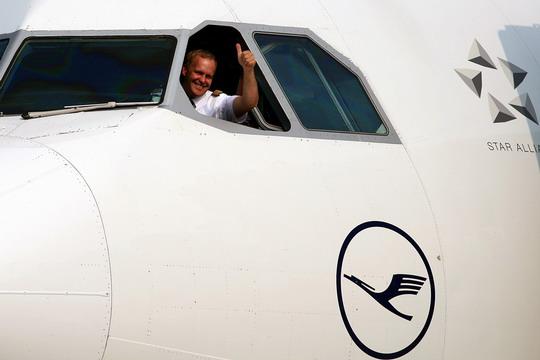 图1:2008年6月9日7时许,德国汉莎航空公司D-AIGT号空中客车A340-313X型客机飞抵沈阳桃仙国际机场,辽宁省机场管理集团公司以传统的水门仪式表示欢迎。当日,德国汉莎航空公司正式开通慕尼黑沈阳往返客运航线,这是我国东北地区第一条直飞欧洲的航线。民航资源网新闻图片,摄影:民航资源网网友秋枫夜   昨(9)日7时16分,来自德国的汉莎航空公司(Deutsche Lufthansa AG)D-AIGT号空中客车A340-313X型客机降落在沈阳桃仙国际机场停机坪上,这标志着我国东北地区
