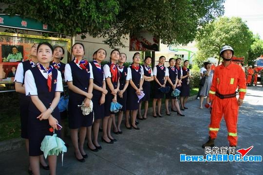 图片 东航宁波客舱部乘务员赴抗震消防队体验