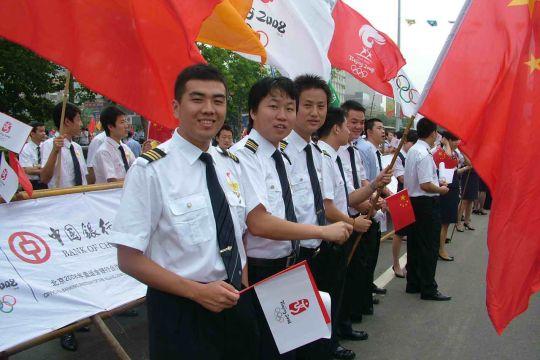 东航山东分公司员工参加青岛市奥运火炬传递