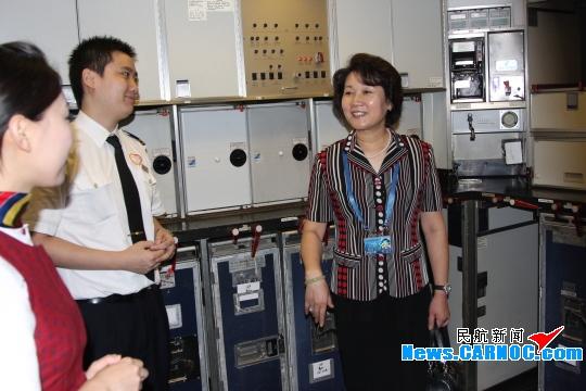 图2:客舱服务部总经理梁富华亲自到机上视察乘务组的准备情况,并