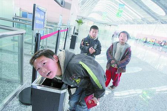 按照航空管理规定,禁止乘客携带刀具、火机等登机,乘客们将它们丢弃在垃圾箱中,却引来不少儿童寻宝。   昨天(25日),在郑州新郑国际机场(简称新郑机场)安检处,部分携带刀具、火机的乘客经过安检人员提醒,主动将这些禁带物品丢弃在大厅的垃圾箱内。这时,几名五六岁的儿童火速冲到跟前把它们从垃圾箱内捡出。一男孩说,他们家住在新郑机场附近,大家几乎每天都来,从垃圾箱中寻找好玩儿的东西。   多名乘客表示,新郑机场应该将乘客丢弃的物品统一管理,消除潜在的安全隐患。
