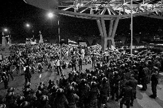 泰国反政府组织人民民主联盟(民盟)支持者25日涌至曼谷素万那普国际机场举行集会抗议,要求政府下台。机场临时关闭,所有航班皆已取消,3000余名旅客滞留在内无法出行。民盟支持者26日更控制了曼谷素万那普国际机场飞行控制中心。截至发稿时,曼谷素万那普国际机场尚未宣布恢复开放。   昨(26)日,记者从广州市内旅行社获悉,为确保游客安全,旅行社从26日起,暂停泰国团一周,届时再根据政局实际情况,另行决定开团时间。   距离曼谷市区约40公里的曼谷素万那普国际机场是泰国最大的航空港,每年可接待旅客4500万人