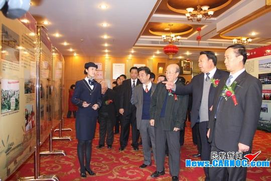 宋恩华是正部级_河北省副省长宋恩华等领导在答谢会上参观河北机场发展成果图片展.