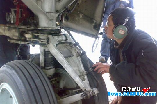 民航资源网2009年1月14日消息:1月10日清晨6点半,当人们仍沉醉在甜美的梦乡时,中国国际航空股份有限公司(Air China Limited,简称国航)工程技术分公司贵阳维修基地(简称国航贵阳维修基地)航线车间罗平虎工段的10名员工已迎着刺骨的寒风忙碌在为航班起飞的维修岗位上了。此时对讲机中传来,B-2590号飞机前起落架地面发现一滩液压油迹,请求支援的消息,井然有序的航前维护工作,顿时增添了一份紧张而迫切的气氛。   原来,B-2590号飞机的航前整机放行人员曾广红,按照工作单在对该