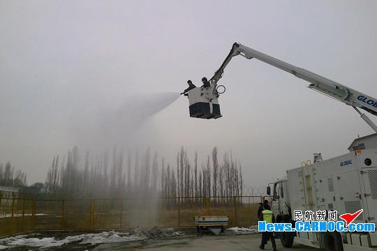 伊宁机场机务工程部门开展新引进除冰车培训
