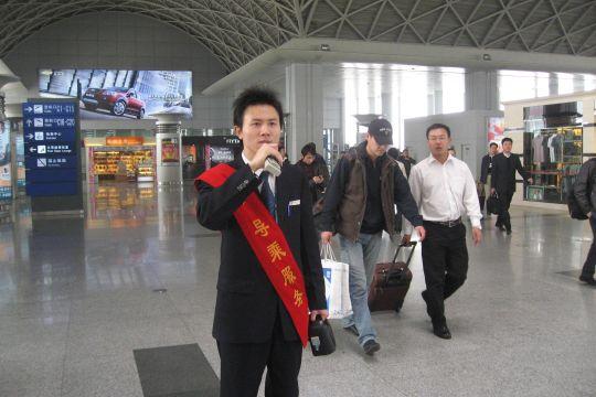 民航资源网2009年3月19日消息:面对日益严峻的效益形势,中国国际航空股份有限公司(Air China Limited,简称国航)西南分公司地面服务部(简称地服部)特殊旅客服务项目发出了全体干部员工立足岗位实际,积极为分公司出谋划策的倡议。通过多种形式的座谈交流,干部员工共度难关,过紧日子的观念日益深入人心。   作为航班流动服务站的旅客服务中心特殊旅客服务项目,在候机楼旅客问询、服务引导,特殊旅客服务保障及不正常航班弥补服务的基础上,为了确保国航西南分公司效益不流失,让旅客便于行,乐