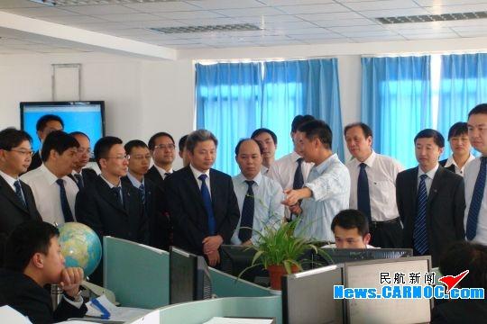 民航资源网2009年4月24日消息:2009年4月22日,南方电网公司继去年11月之后,再次到中国东方航空股份有限公司(China Eastern Airlines Corporation Limited,简称东航)云南分公司开展安全管理交流访谈。本次南方电网公司一行40人,由来自海南、广东、广西、贵州和云南五个省的中高层管理人员组成。南方电网公司管理交流组首先参观访问了东航云南分公司运行控制部和货运部,就安全生产和管理等相关问题与公司工作人员进行了沟通交流。   随后,南方电网公司和东航云南分公司