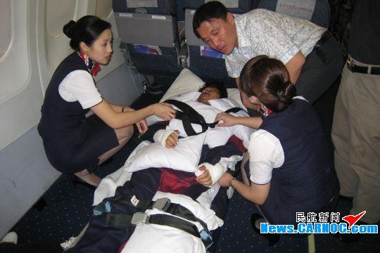 图片 东航江西分公司空姐爱心护送韩国籍担架