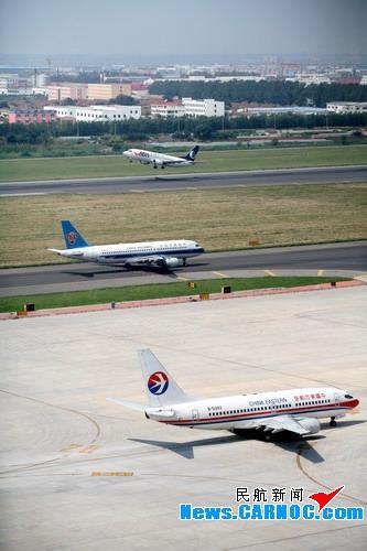 图:青岛流亭国际机场飞机频繁起降.