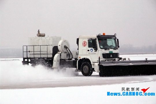 青岛国际机场除雪及时 九点钟航班正常起飞