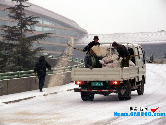 民航资源网2009年12月27日消息:12月27早晨,青岛出现降雪。为保障航班的正点起降,青岛流亭国际机场立即启动了除冰雪应急预案,各保障部门按照职责分工立即投入除冰雪战斗。吹雪车对机坪、跑道、滑行道面进行除雪,撒布车在机场各路段尤其是候机楼上桥路段播撒融雪剂,机务除冰车根据航空公司要求展开飞机除冰工作,各部门值班人员按照既定分工纷纷到达除雪区域,展开机位除雪。9:00,青岛上海虹桥航班起飞,机场航班恢复正常。由于降雪原因,早晨出发航班稍有顺延。    图2:机务人员正在测试除冰车。    图3:机