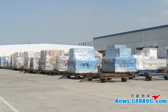 图1:青岛流亭国际机场整装待发的航空货物.