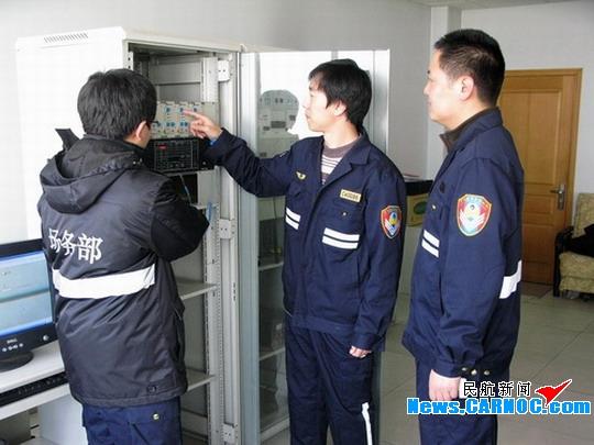 民航资源网2010年3月16日消息:3月9日-13日,中国民用航空局(Civil Aviation Administration of China,简称民航局)飞行校验中心B-7022号校验飞机对青岛流亭国际机场(简称青岛机场)17#、35#ILS设备、南超远台NDB设备进行飞行校验,经过13个小时的飞行,校验工作顺利结束,所有导航设备均顺利通过校验,为机场进出航班的安全起降提供了有力的保障。   9日当天,校验飞机落地青岛机场不到半个小时,校验飞行协调会就在机场召开,机场相关保障部门及空管站、