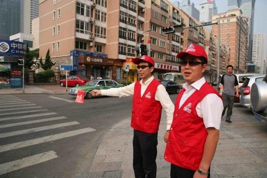 东航山东志愿者积极参加青岛市文明城市创建
