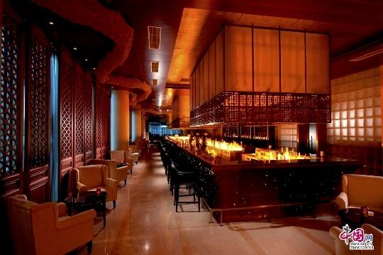 作为中国首家五星标准的奢华机场酒店,北京首都机场希尔顿酒店的开业为北京首都国际机场增添了3间风格迥异的餐厅,助力首都机场成为京城又一美食新地标。 北京首都机场希尔顿酒店坐拥72,000平方米的超大空间,拥有7间餐厅和酒吧,为旅客和机场商圈周边的客人提供世界顶级水准的餐饮服务。