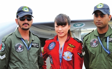 图2:巴基斯坦空军的特技飞行员也被中国美女吸引