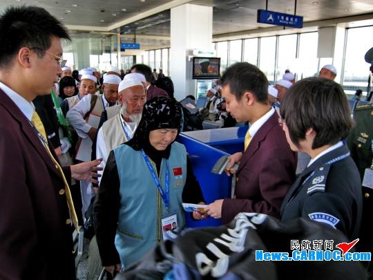 甘肃/图13:2010年10月20日兰州中川机场全力以赴保障朝觐专机。...