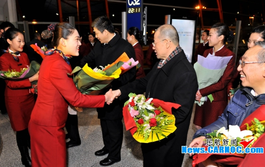 图:国航副总裁樊澄等公司领导迎接从武汉飞回北京的天津分公司ca