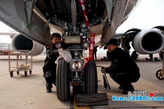 民航资源网2011年2月14日消息:1月26日,农历的腊月二十三,是中国传统过小年的日子。在中国东方航空股份有限公司(China Eastern Airlines Corporation Limited,简称东航)工程技术公司山西飞机维修部(简称山西维修部)机库内,山西维修部定检部的机务维护人员仍然坚守在岗位上,完成了B-5034飞机48A定检的工作。经过一上午的紧张忙碌,B-5034飞机左、右两侧的主起落架都正常地拆卸下来了。负责本次起落架更换项目的机外副工段长是邵军同志,中午,离上班时间还有