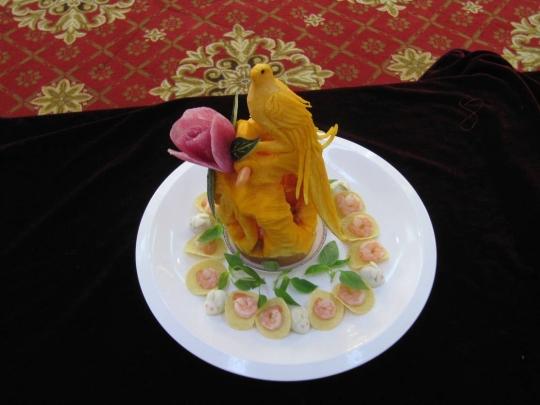 用土豆,红萝卜雕刻的花,用黄瓜刻的蝉,用南瓜雕成的花瓶,还有