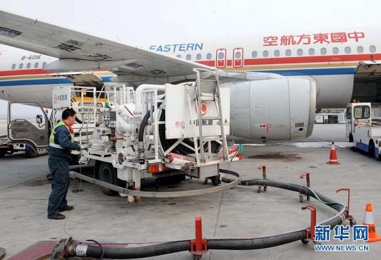 图1:4月1日,一架航班在青岛流亭国际机场补充燃油.