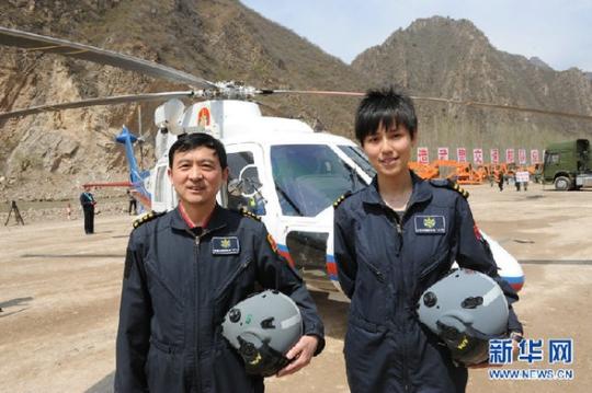 图2:宋寅和北海救助飞行队队长潘伟一起执行这次飞行任务.