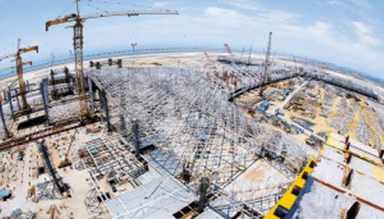 距离大运会的时间越来越近,位于深圳宝安国际机场(简称深圳机场)的重大建设项目T3航站楼也迎来新的进展。记者昨(10)日前往施工现场实地采访获悉,截至目前,指廊区域东、西指廊已全部完工,目前在进行玻璃幕墙的安装,南、北指廊主体结构完成,大厅钢结构已经完成70%工作量,钢结构工程预计于2011年6月份主体封顶。   说这里的变化一天一个样丝毫也不夸张。承担该工程钢结构的中建钢构有限公司的负责人告诉记者,T3航站楼是深圳市有史以来单体建筑面积最大的公共建筑,同时也是该公司成立以来独立承接的单体合同最大