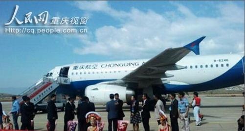 7月1日起,重庆机场每日将新增航班80-100架次,其中除增开了重庆至北京、上海、广州主要干线外,还加密了高原航班及国际客运航线,预计暑期每日航班将超过500架次,同比增长17%。   暑运期间,国内主要干线航班每日将增加2-3班,重庆到北京每天将达24班,到上海达20班,到广州也增至17班。此外,重庆飞杭州、南京、厦门、济南、大连、乌鲁木齐等地每天也将有8-10个航班;在高原航班方面,每日增开了2-4班飞往昆明、九寨沟、拉萨、丽江等航班,重庆至香格里拉、大理、腾冲、康定等地每天也都有一班;在国际(地