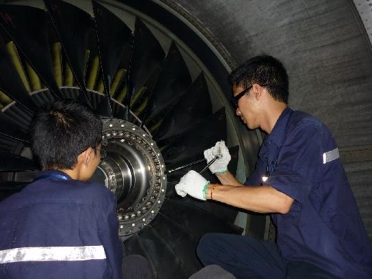 深圳/图:南航深圳机务工作者正在进行发动机叶片润滑工作摄影:朱...