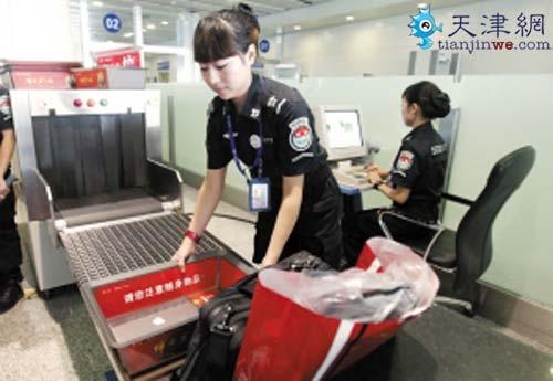 天津机场80后美女安检员:每天检查千名旅客