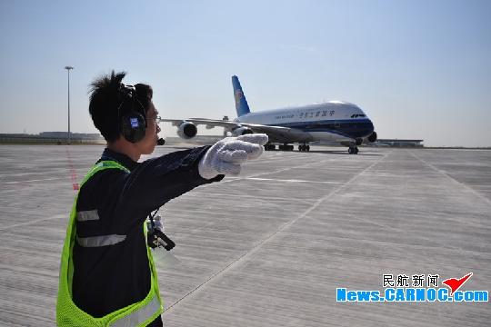 中国 南航/图8:机务指引南航A380飞机滑行。