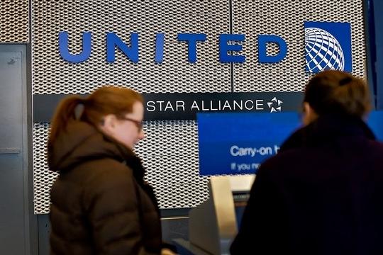 大陆 芝加哥/图:一月份芝加哥机场正在使用自助值机终端的旅客
