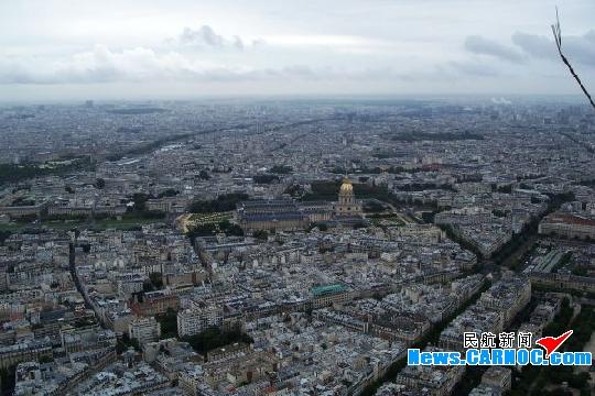 我是一名年轻的飞行员,在结束前往巴黎的飞行任务后,利用闲暇之余,游历欧洲的浪漫之都巴黎。愿意与大家一同分享它的美丽与魅力。   在巴黎,埃菲尔铁塔是这座城市最为显著的标志。埃菲尔铁塔共分为三层,每一层都可供选择搭乘电梯。作为游客,你可以选择登顶,也可以选择只到第一或第二层。若是想要登顶收获最为壮观的景色,建议搭乘电梯,因为徒步攀爬埃菲尔铁塔估计要用一整天。   既然来了还是要选择登顶,毕竟这是鸟瞰巴黎的最好地点,脚下的塞纳河蜿蜒而过。在铁塔下,转头向南,战神广场的巨大绿地仿佛地毯一样从陆军士官学院铺