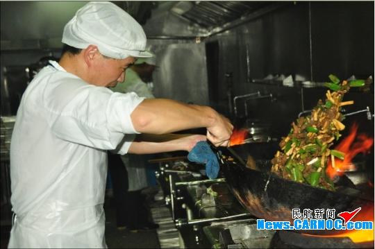 图2:食堂厨师在做菜