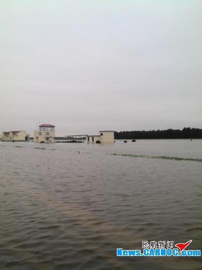秦皇岛机场暴雨后一片汪洋 抢修队全力抢修