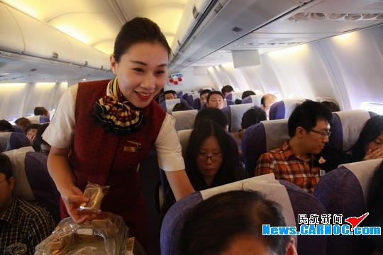 民航/图4:乘务员为旅客发送月饼