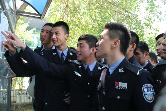 此次招聘吸引了不少警校在校大学生,面试成绩公布后,他们高兴的