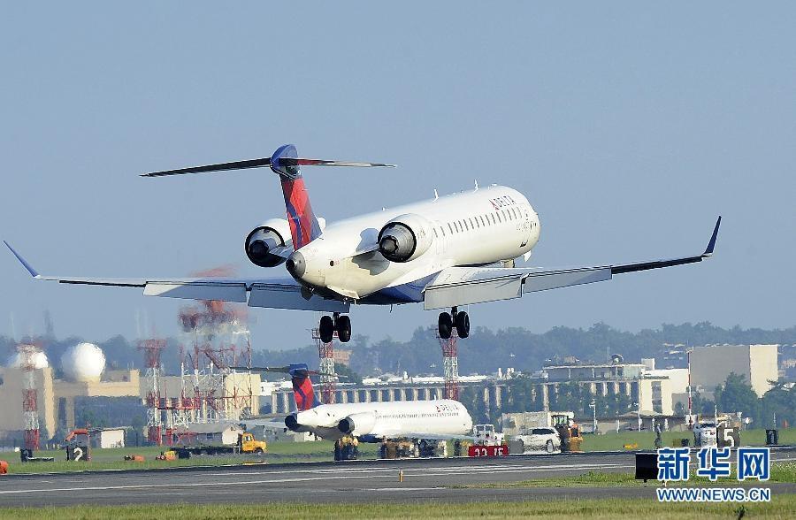 起飞过程中突然转向,致使飞机右侧起落架陷入跑道旁