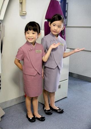 最后小男生穿上空乘员背心和领带,小女生则换上迷你版的改良式旗袍,和