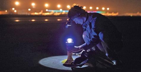 """温州<a href=http://news.cacs.net.cn/list-h21 target=_blank>机场</a>老跑道完成使命 工人连夜忙""""换装"""""""