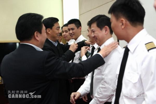 图片 南航广州飞行部全年28名副驾驶转升为机
