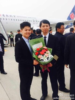 4月11日下午,青岛航空首架飞机抵达青岛流亭国际机场.图为接机仪式