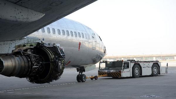 岗位/工种:特种车辆司机   描述:在飞机大修的过程中,无论是将飞机拖到试车位试车,还是试飞,抑或是出港,用拖车拖飞机是必不可少的环节,而负责驾驶拖车的司机却很少有人注意到,他们总是坐在硕大的车辆里,他们总是不定时地出现在机库,他们拖运飞机往返于机库与机坪之间,他们是移动飞机的勤务兵。   塔台你好,四机位拖车叫。   拖车,请讲。   飞机从四机位机库到7#坪。   可以出发。   刚过早上九点,崔明明已经开始拖第三架飞机了。拖车稳稳地停在一架国航波音737飞机前面,崔明明默契地和