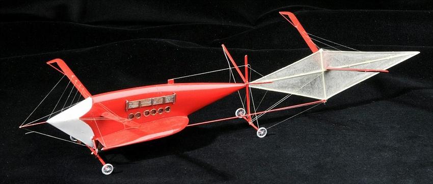 英国老人耗时50年手工制作350架飞机模型